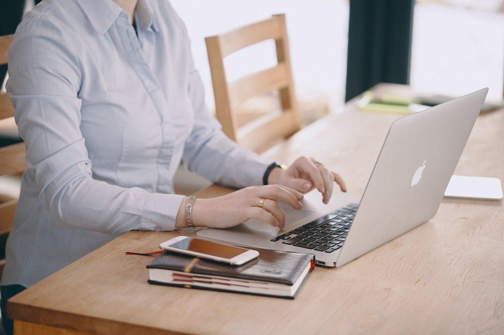 Diseñador UX trabajando en su hogar